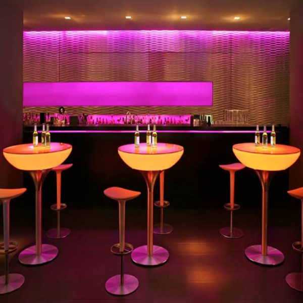 le champagne table with stools